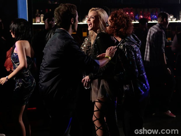 Megan adora confusão! Na boate, ela está com Danilo, mas joga charme para Vander (Foto: Felipe Monteiro/TV Globo)