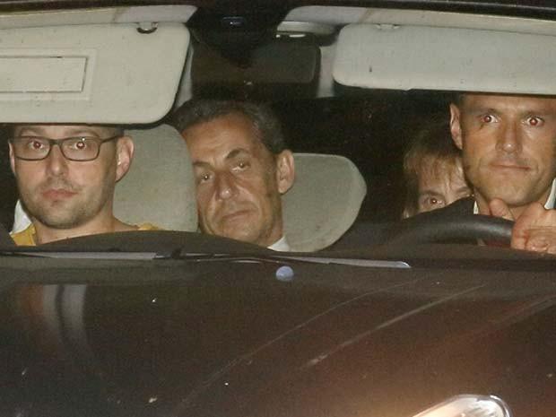 Ex-presidente Nicolas Sarkozy chega em carro policial para se apresentar a juizes em Paris na noite desta terça (1º) (Foto: REUTERS/Pascal Rossignol)
