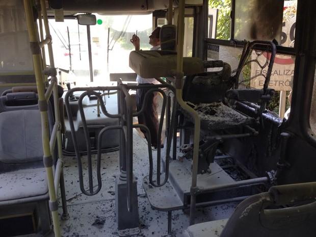 Fogo foi contido por motorista e cobrador do ônibus (Foto: ATP/Divulgação)