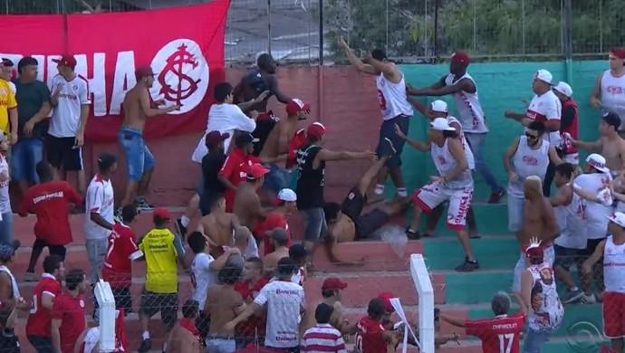 Torcedores do Inter brigam em Veranópolis (Foto: Reprodução / RBS TV)