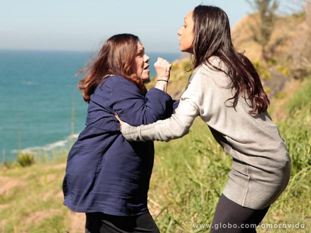 Ciça tenta lutar por sua vida, mas Alejandra é mais forte... (Foto: Amor à Vida / TV Globo)