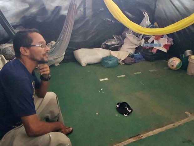 Francisco Rocha diz que vai tentar se acostumar com o abrigo (Foto: Anny Barbosa/G1)