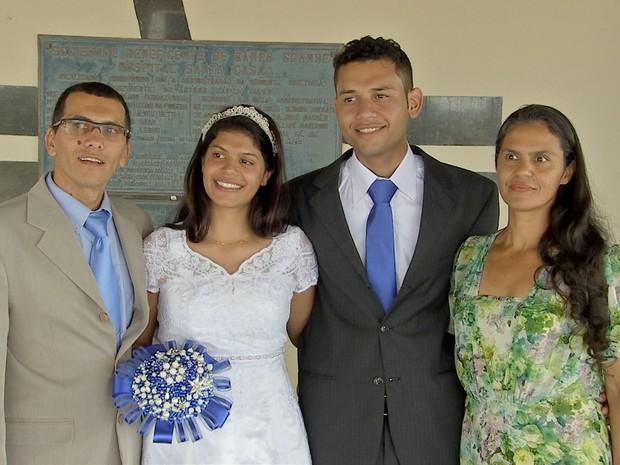 Rhamela com o noivo e os pais (Foto: Maxsandro Martins/TV Morena)