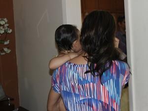 Mãe que estava com a filha de um ano no colo teve a arma apontada para a cabeça (Foto: Ellyo Teixeira/G1)