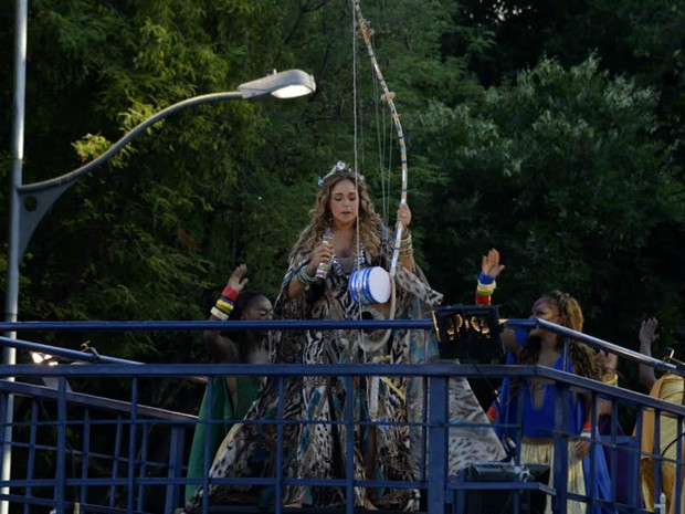 Daniela Mercury toca berimbau no Campo Grande (Foto: Sérgio Pedreira/Ag. Haack)