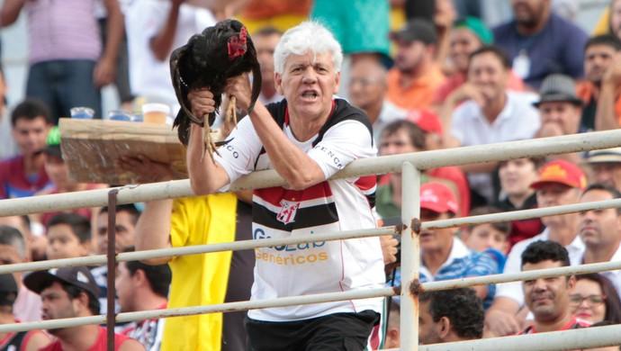 Torcedor símbolo do Anápolis leva galo para o estádio (Foto: Anápolis Futebol Clube)