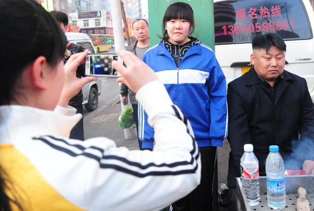 Por se parecer com ditador norte-coreano, homem se tornou atração entre os curiosos (Foto: STR/AFP)