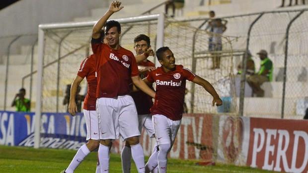 Damião e Jorge Henrique gol Internacional x Salgueiro (Foto: Clélio Tomaz / Agência Estado)