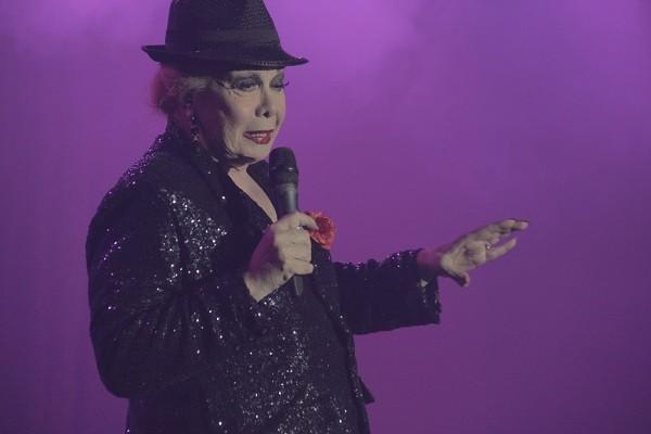 Rogéria dá um show em cena de Divinas Divas (Foto: Divulgação)