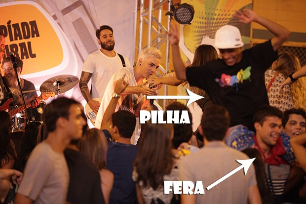 Fera e Pilha muito zoados no show! (Foto: Malhação / TV Globo)