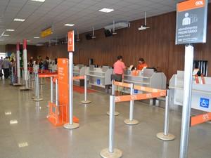 Saguão do aeroporto ganhou mais espaço, lojas e novos acentos (Foto: Adonias Silva/G1)
