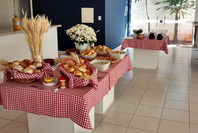 Café da manhã contou com um cardápio variado de pães e sucos naturais (Foto: Recursos Humanos / TV TEM)