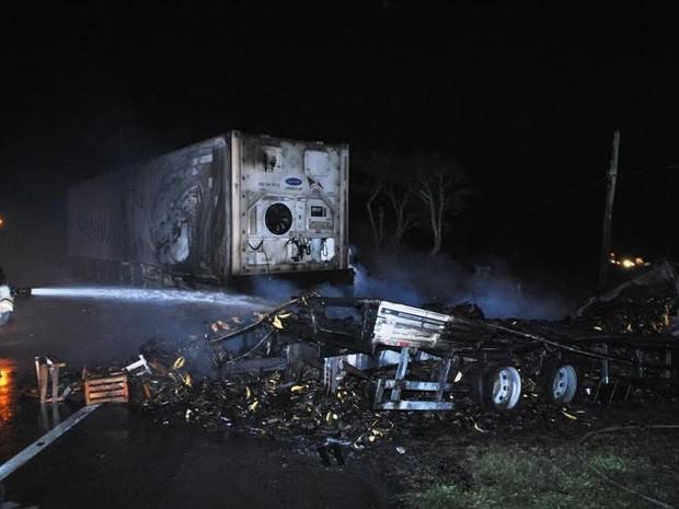 Foram utilizados mais de 20 mil litros d'água para conter as chamas  (Foto: Filipe Lemos/Campos 24 horas)