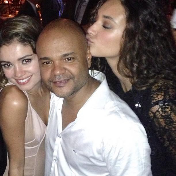 Ale de Souza com Sophie Charlotte e Débora Nascimento no casamento de Fiorella Mattheis e Flavio Canto (Foto: Instagram/Reprodução)