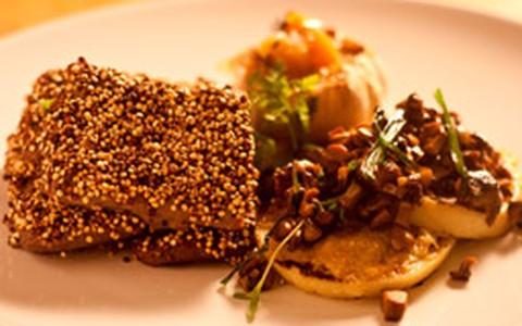 Lombo de cordeiro com crosta de quinoa