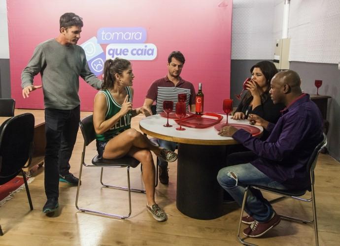 Na foto, o diretor Daniel Herz fala com parte do elenco do Tomara que Caia (Foto: Artur Meninea/Gshow)