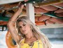 Janaina Santucci posa para ensaio em alto-mar