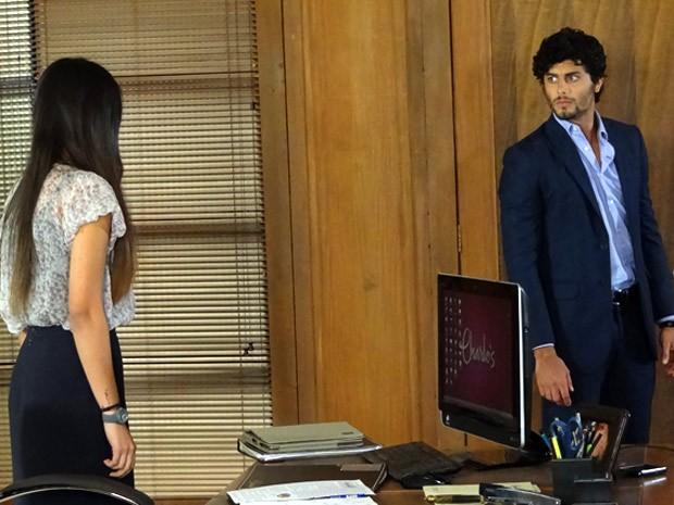 Ronaldo pega Isadora com a boca na botija (Foto: Guerra dos Sexos / TV Globo)
