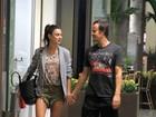 Paulo Vilhena e Thaila Ayala trocam carinhos em shopping