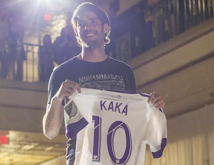 Kaká vira modelo em lançamento do uniforme do Orlando City (Foto: Divulgação)