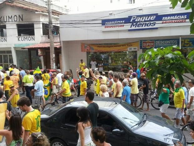 Manifestantes se concentram em Guarapari, na Grande Vitória (Foto: VC no ESTV)