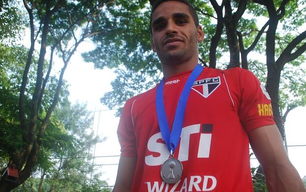 Douglas exibe medalha da Copa Sul-Americana (Foto: Marcos Guerra/Globoesporte.com)