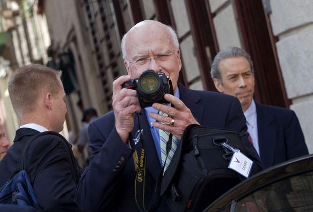 O senador americano Patrick Leahy, de Vermont, tira fotos com uma câmera após uma reunião com o ministro das relações exteriores de Cuba, Bruno Rodriguez, em Havana, nesta terça-feira (19) (Foto: Ramon Espinosa/AP)