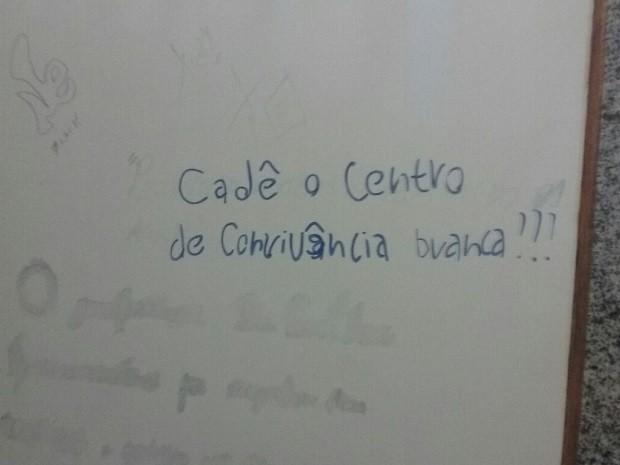 Pichação faz alusão ao Centro de Convivência Negra da UnB (Foto: Fernando Caixeta/G1)