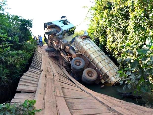 Caminhão carregado de areia tombou em ponte de Alvorada do Oeste, RO (Foto: Nilson Antônio Luz Júnior/Arquivo Pessoal)