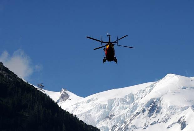 Equipe de resgate sobrevoa o Mont Blanc de helicóptero nesta quinta-feira (12) (Foto: AFP)