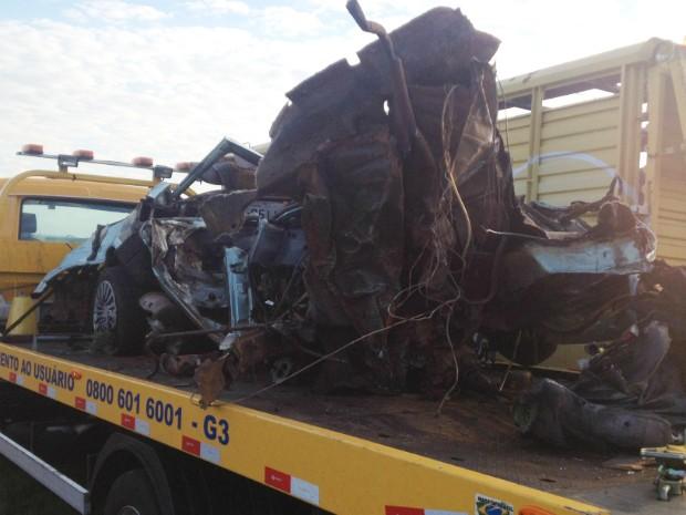 Com o impacto, o carro onde as vítimas estavam ficou destruído (Foto   Fabiano b4335b19378