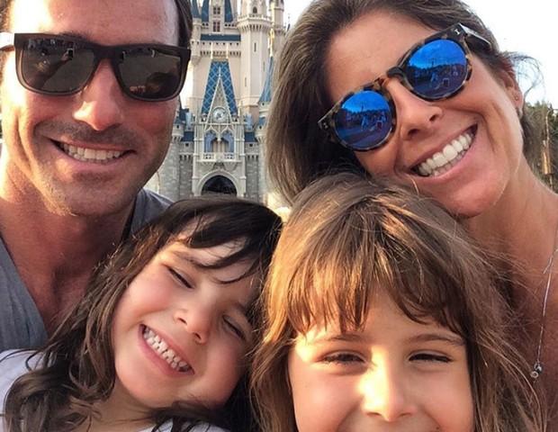 Patricia Maldonado, o marido e as filhas (Foto: Reprodução / Instagram)