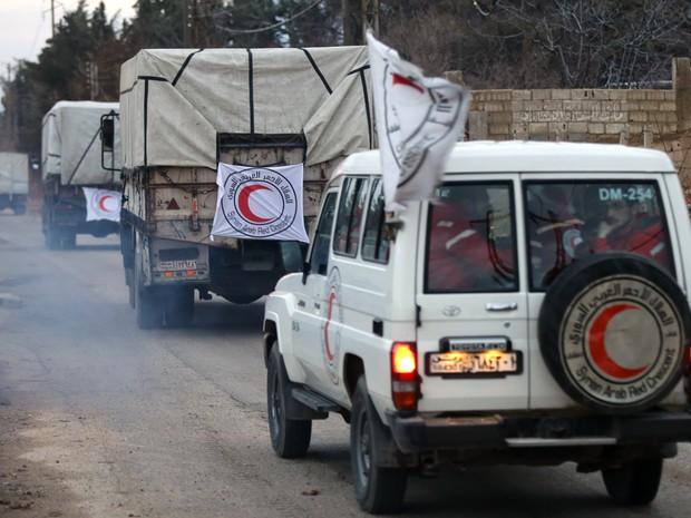 Comboio com ajuda humanitária é visto nos arredores da cidade sitiada de Madaya nesta segunda-feira (11) (Foto: Louai Beshara/AFP)