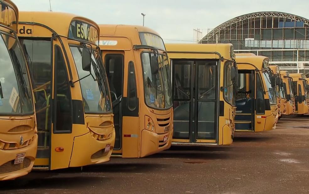 Veículos que prestam serviço de transporte escolar para o governo do DF reunidos em pátio (Foto: TV Globo/Reprodução)