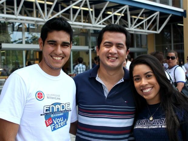 Amigos, (da esq. para a dir.) Caio, Nicolas e Marina divergem à respeito do Enade (Foto: Marcos Dantas / G1 AM)