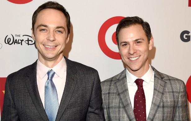 Jim Parsons, de 'The Big Bang Theory', namora desde 2002 com o diretor de arte Todd Spiewak. Ele revelou a homossexualidade em um artigo para o jornal 'The New York Times' publicado em 2012. (Foto: Getty Images)