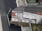 Obra em rua em Santo Amaro tem casa no meio do caminho