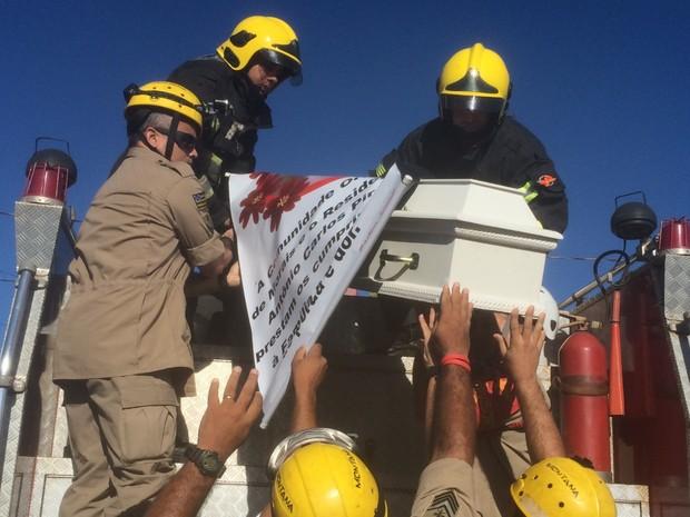 Caixão com corpo de Ana Clara é colocado em caminhão do Corpo de Bombeiros, em Goiânia, Goiás (Foto: Vanessa Martins/G1)