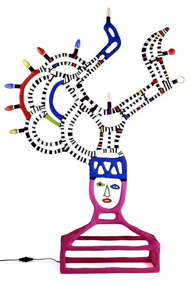 Niki de Saint-Phalle: Angular lamp in painted polyester with electric elements (Foto:  COPYRIGHT LES ARTS DÉCORATIFS, PARIS/LAURENT SULLY JAULMES)