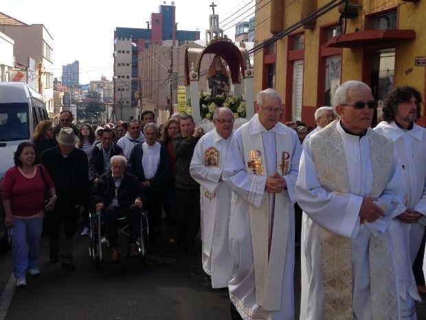 Em Ponta Grossa, procissão foi realizada na Rua Sant'Ana (Foto: Joel Nascimento/RPC TV)