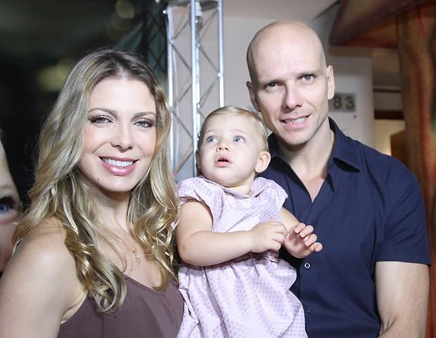 Sheilla Mello ao lado da filha, Brenda, e do marido, o ex-nadador Fernando Scherer (Foto: Agnews)