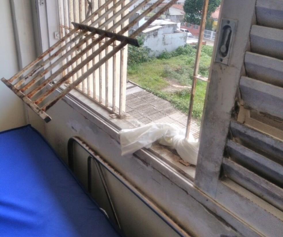 Presos conseguiram abrir grade de janela e desceram do 4º andar. (Foto: Divulgação / PM)