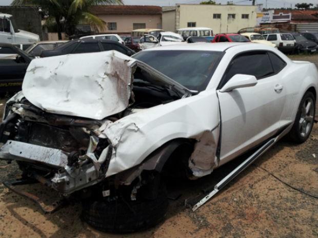 Camaro ficou danificado após colisão com Gol em Rodovia de Aguaí (Foto: Agalmo Moro/Correio de Aguaí)