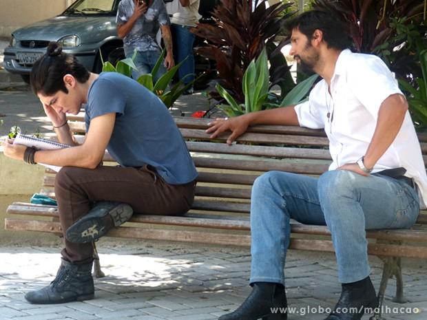 Hernandez enta conversar com Antônio, mas o enteado dá um fora no hondurenho (Foto: Malhação)