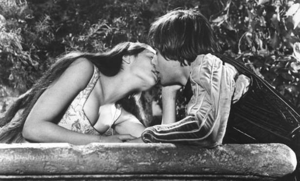 """Dois adolescentes """"se pegando"""" em um grande épico da literatura mundial. As cenas de beijo """"picantes"""" (para 1968...) forjaram parte do êxito comercial de 'Romeu & Julieta', com Leonard Whiting e Olivia Hussey nos papéis do título. Eles tinham 18 e 17 anos, respectivamente, quando o longa-metragem estreou. (Foto: Reprodução)"""