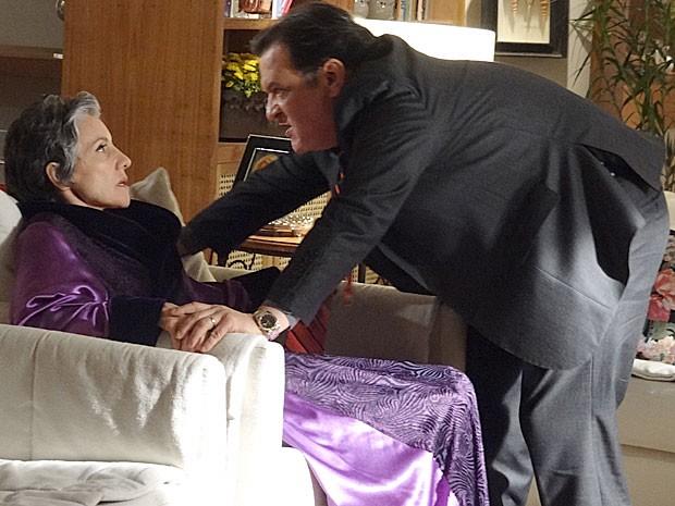 Dimas pressiona Melissa para tentar descobrir a verdade (Foto: Amor Eterno Amor / TV Globo)