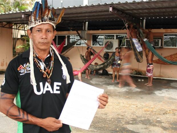 Cacique Nei Pacheco segura documento que informa sobre invasão da sede da Funai em Manaus (Foto: Jamile Alves/G1 AM)