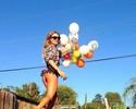 """Musa das ondas brinca em foto com balões na web: """"Indo para a França"""""""