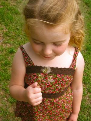 filha de Rachel se diverte com flor (Foto: reprodução / Hands Free Mama)