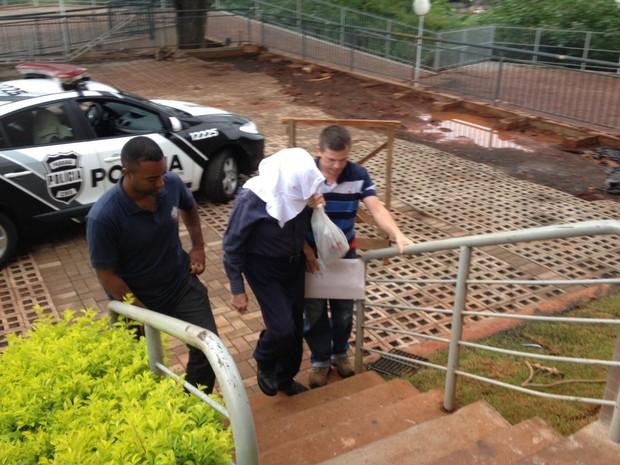 Presos na 4ª fase da Operação Publicano são levados para sede do Gaeco, em Londrina  (Foto: Alberto D'Angele/RPC)